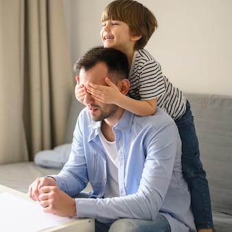 Szczęśliwe dziecko zaskakujący ojciec