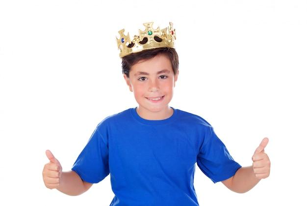 Szczęśliwe dziecko ze złotą koroną na głowie