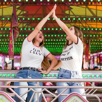 Szczęśliwe dziewczyny ma zabawę w parku rozrywki