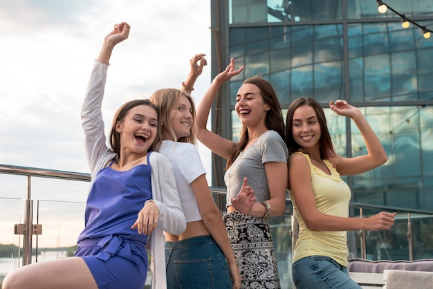 Szczęśliwe dziewczyny tańczą do tyłu