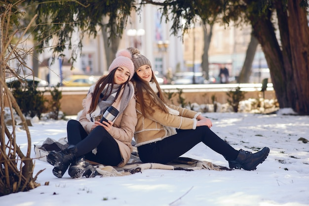 Szczęśliwe dziewczyny w zimy mieście