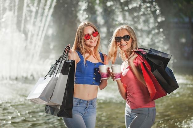 Szczęśliwe dziewczyny z torby na zakupy