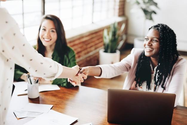 Szczęśliwe kobiety biznesu robią uścisk dłoni
