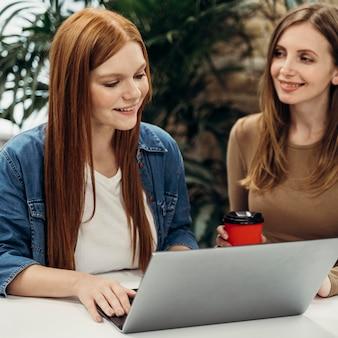 Szczęśliwe kobiety pracujące razem nad projektem