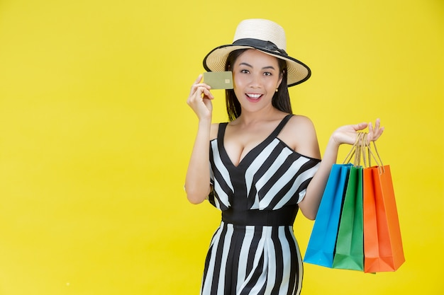 Szczęśliwe kobiety robi zakupy z torba na zakupy i kartami kredytowymi