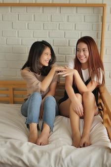 Szczęśliwe kobiety rozmawiające, rozmawiające, plotkujące