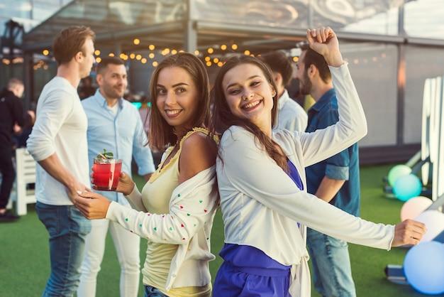 Szczęśliwe kobiety tanczy przy przyjęciem