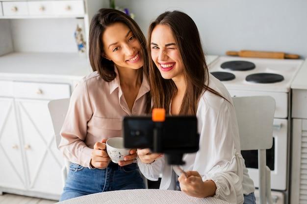 Szczęśliwe kobiety w domu przy selfie