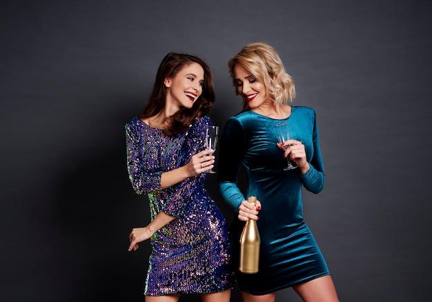 Szczęśliwe kobiety wznoszą toasty za dobry nowy rok