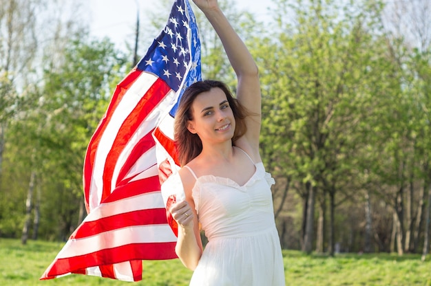 Szczęśliwe kobiety z amerykańską flagą usa świętują 4 lipca