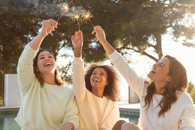 Szczęśliwe kobiety z fajerwerkami