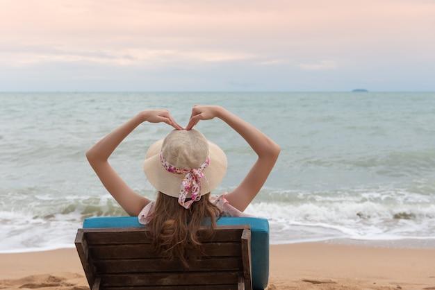 Szczęśliwe letnie wakacje na nadmorskiej plaży
