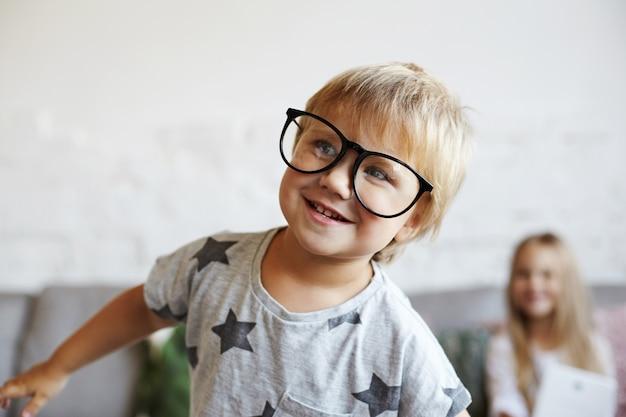 Szczęśliwe małe dzieci bawią się w salonie