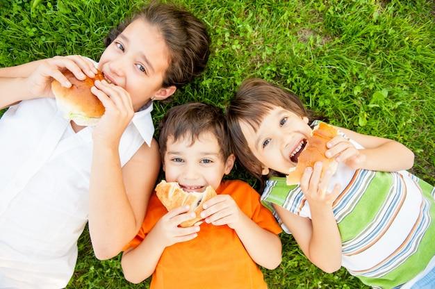 Szczęśliwe małe dzieci korzystających z podróży
