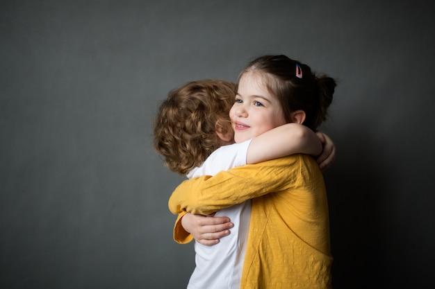 Szczęśliwe małe dzieci przytulanie się