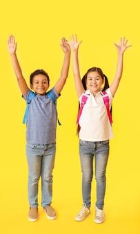 Szczęśliwe małe dzieci w wieku szkolnym