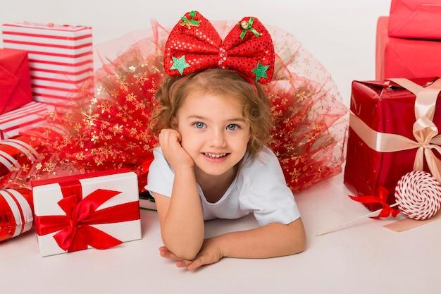 Szczęśliwe małe dziecko otoczone świątecznymi elementami