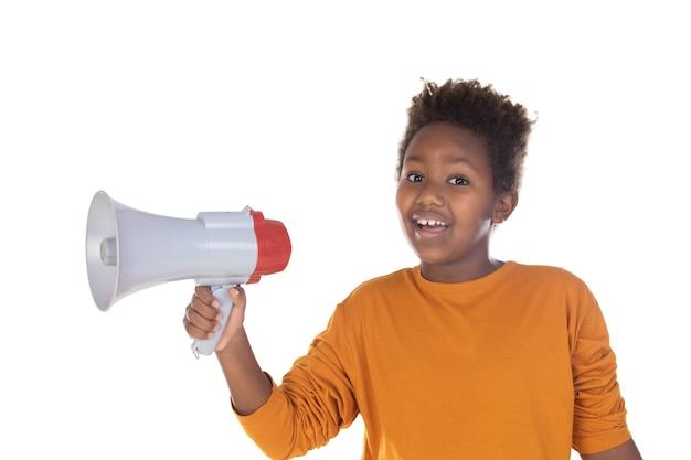 Szczęśliwe małe dziecko rozmawia z megafonem na białym tle na białej ścianie