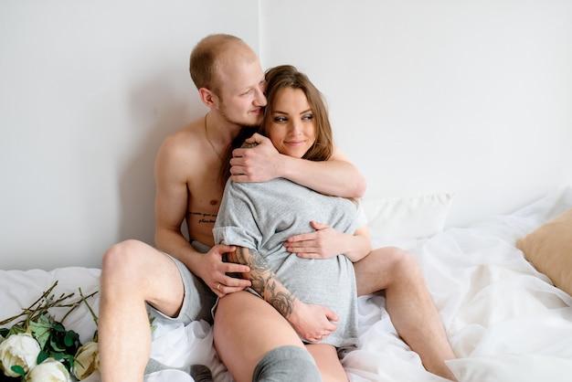 Szczęśliwe małżeństwo czeka na narodziny dziecka. ciąża.