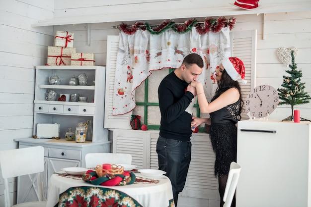 Szczęśliwe małżeństwo pozowanie na boże narodzenie kuchnia