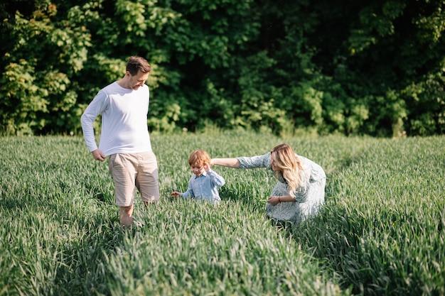Szczęśliwe małżeństwo z jednym dzieckiem świetnie spędza czas wolny na świeżym powietrzu