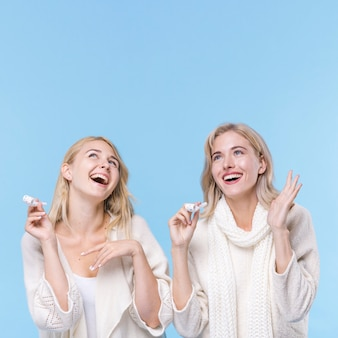 Szczęśliwe młode dziewczyny śmia się razem