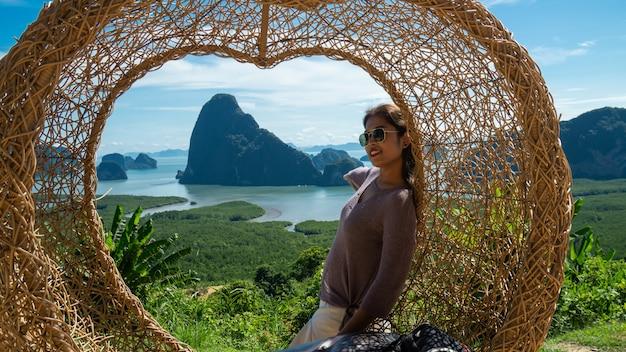 Szczęśliwe młode kobiety cieszy się dolinnego widok od wierzchołka góra