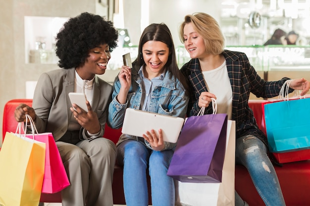 Szczęśliwe młode kobiety sprawdza torba na zakupy
