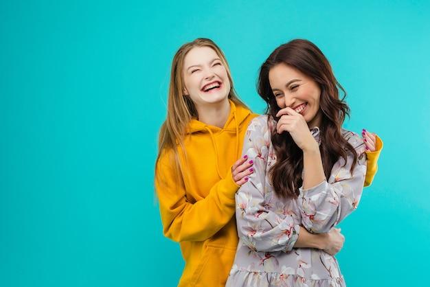 Szczęśliwe młode kobiety uśmiechnięte i śmiejące się