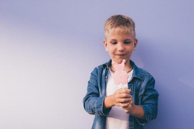 Szczęśliwe momenty życia dzieciaka na tle colore