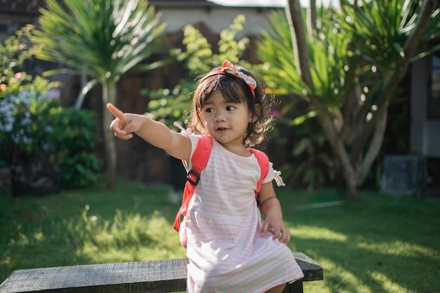 Szczęśliwe piękne azjatyckie przedszkolaki maluch wskazujący uczeń
