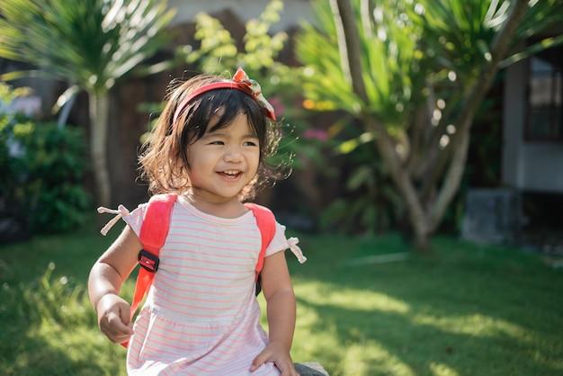 Szczęśliwe piękne azjatyckie przedszkolaki uczeń malucha