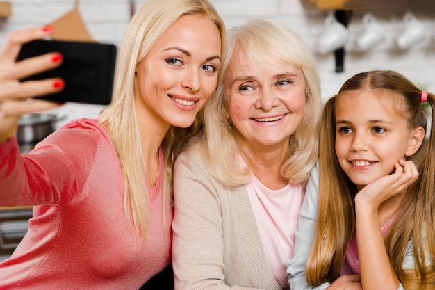 Szczęśliwe pokolenie kobiet przy selfie