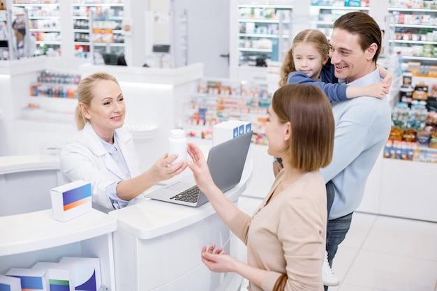 Szczęśliwe rodzinne zakupy w aptece