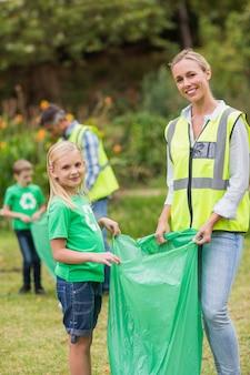 Szczęśliwe rodzinne zbieranie śmieci