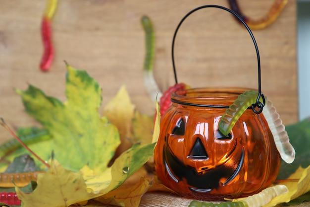 Szczęśliwe ślimaki i liście marmolady na halloween