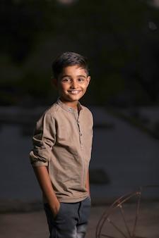Szczęśliwe słodkie dziecko indyjskie / azjatyckie