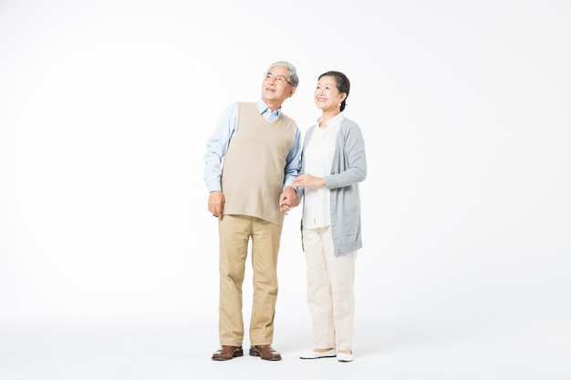 Szczęśliwe stare pary chodzące ręka w rękę