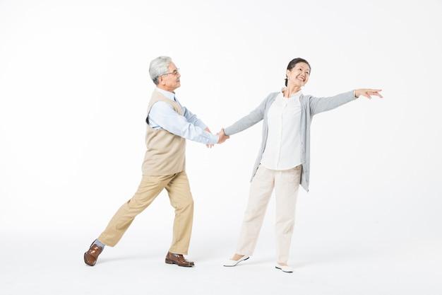 Szczęśliwe stare pary tańczą izolować
