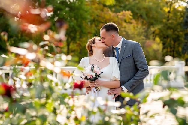 Szczęśliwe zdjęcie ślubne panny młodej i pana młodego. całowanie. ceremonie ślubne i tradycje weselne