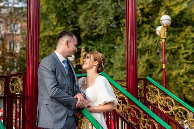 Szczęśliwe zdjęcie ślubne panny młodej i pana młodego. pocałunki. ceremonie ślubne i tradycje weselne