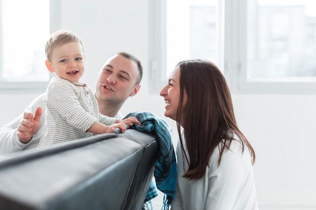 Szczęśliwe życie rodzinne w domu