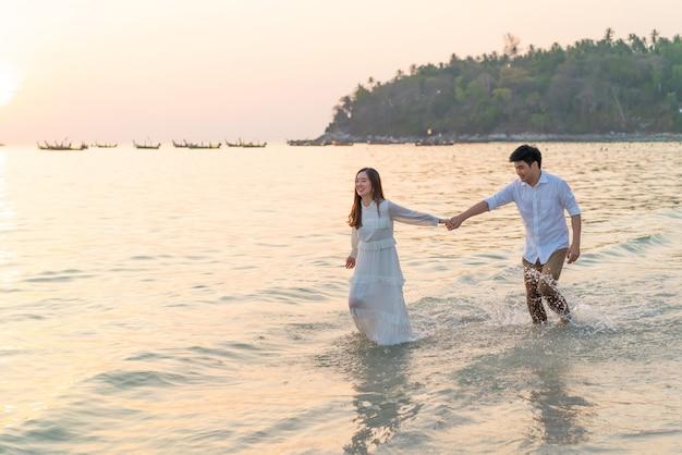 Szczęśliwego coupleon tropikalna plaża w lecie