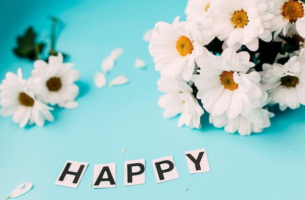 Szczęśliwego dnia białe kwiaty, litery szczęśliwe