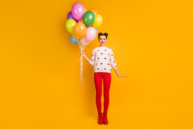 Szczęśliwego dnia kochanków! pełne zdjęcie pani przynosi wiele kolorowych balonów niespodzianka party nosić sweter w serduszka
