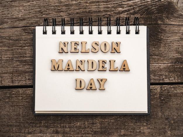 Szczęśliwego dnia nelsona mandeli. piękna kartka z pozdrowieniami. zbliżenie, widok z góry. koncepcja święta narodowego. gratulacje dla rodziny, krewnych, przyjaciół i współpracowników