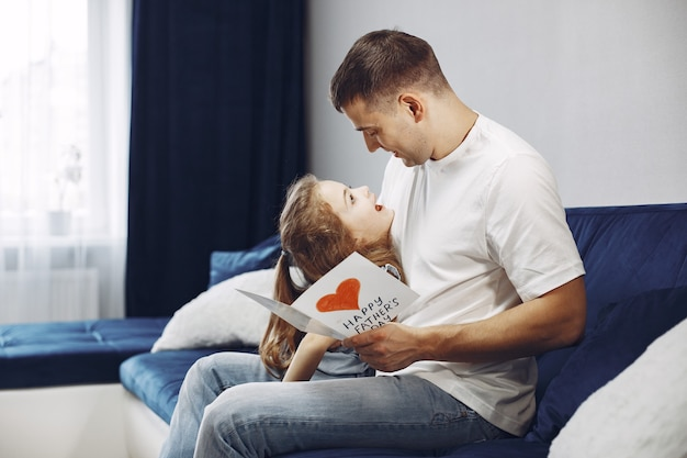 Szczęśliwego dnia ojca. córka wita tatę. mała córka z tatą.