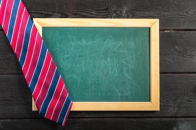 Szczęśliwego dnia ojca. krawat na drewnianym stole