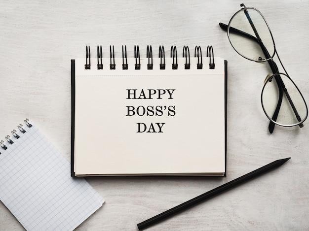 Szczęśliwego dnia szefa. kartka z życzeniami. zbliżenie, widok z góry, powierzchnia drewniana. koncepcja przygotowania do wakacji zawodowych. gratulacje dla krewnych, przyjaciół i współpracowników