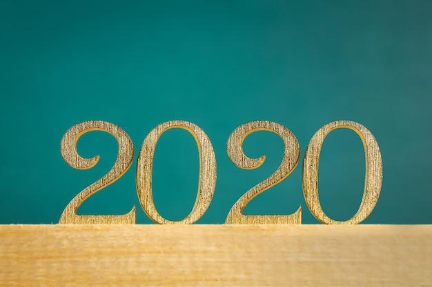 Szczęśliwego nowego roku 2020. tekst kreatywny szczęśliwego nowego roku 2020 napisany złotymi drewnianymi literami.